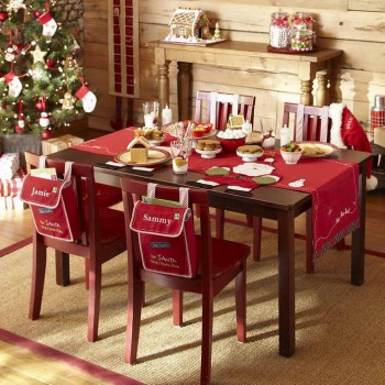 Holiday-Table-Decorating-Ideas-With-Wall-of-Wood