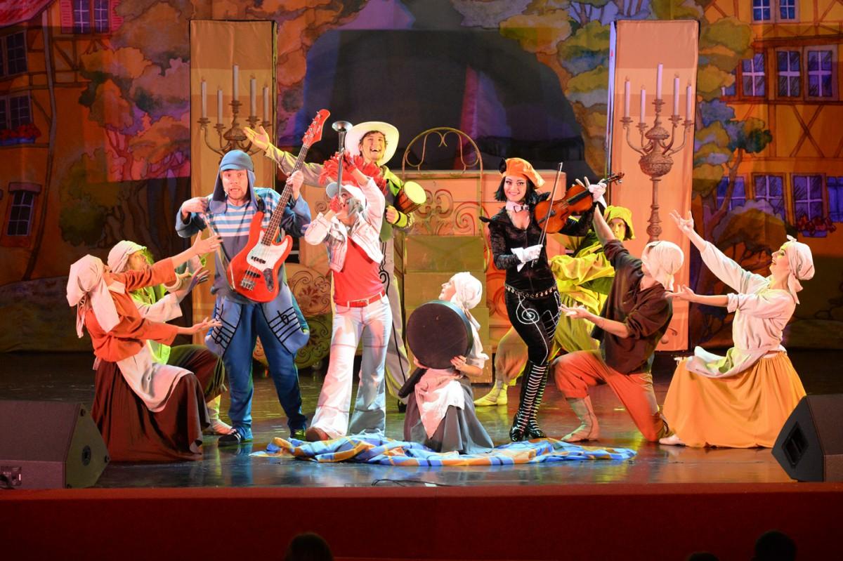 Сценарий театрализованного представления для взрослых к новому году